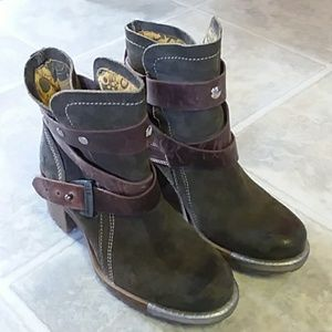 FLY London boots. never worn.